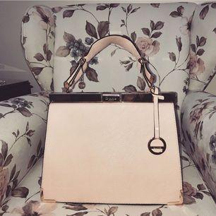 Säljer denna helt nya väskan från DUNÉ aldrig använd! Nypris 1300kr säljer den för 700kr då den är aldrig är använd, självklart äkta!