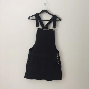 Hängslen som hänger ihop med en svart jeanskjol, supersnygg! Aldrig använd då den är för liten för mig. Priset är förhandlingsbart!