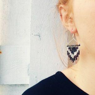 Bohemiska, handgjorda pärlörhängen i svart, silver och vitt.  Frakt 8kr.