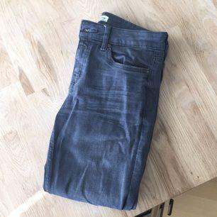 Grå jeans från Zara i storlek 34.