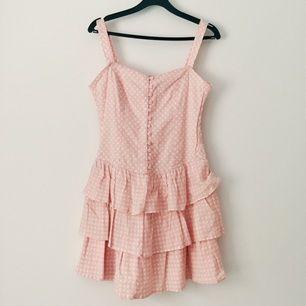En prickig klänning med band runt axlarna som både går att ta av helt och även justera i olika längder. Ssuperskön och fin när man är lite brun nu efter sommaren! Priset är förhandlingsbart!