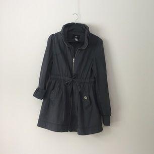 Jacka från H&M i grått. Väldigt somrig och fin. Kan användas och styleas med uppvikta armar (se ena armen jämfört med den andra), knapparna igenom fickorna eller öppna. Figursydd och snygg eftersom den kan knytas framtill. Förhandlingsbart pris!