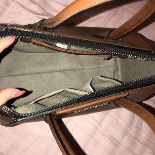 En brun Givenchy väska , köpte flera månader sen , 1 första kopia , det ser ut bra och i ett fint skick  .. priset ingår frakt