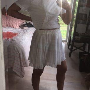 Vit plisserad kjol från Gina Tricot. Storlek L, men funkar för mig som har M. Väldigt stretchig i tyget. Finns i Gbg, köpare betalar frakt 🎆🎇🌌