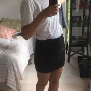 Fejkläder-kjol köpt på hm för några år sen. Fin men lite liten för mig så har aldrig använt den. Storlek 36, lite liten i storleken. Finns i Gbg eller så betalar köpare frakt🍒