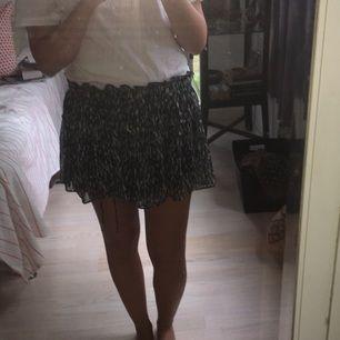 Söt liten minikjol från Zara. M men passar även för S, stretchig midja. Kan mötas i Gbg eller så står du för frakten🌞🍒💅
