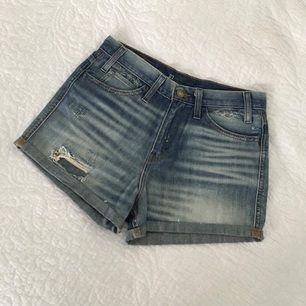 Säljer mina sparsamt använda LEVIS shorts. Vill du ha fler bilder eller se den på är det bara att slänga iväg ett meddelande. Priset är exklusive frakt. Finns i Jönköping.