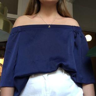 Superfin off shoulder -topp köpt på Gina Tricot. Frakt +35 kr eller möts på Fridhemsplan.