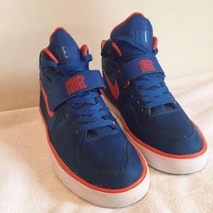 Blåa sneakers från Nike köpta 2010 för 1200 kr. Använda tre ggr och i superfint skick! Kan mötas upp eller fraktas!☺️✌🏻️