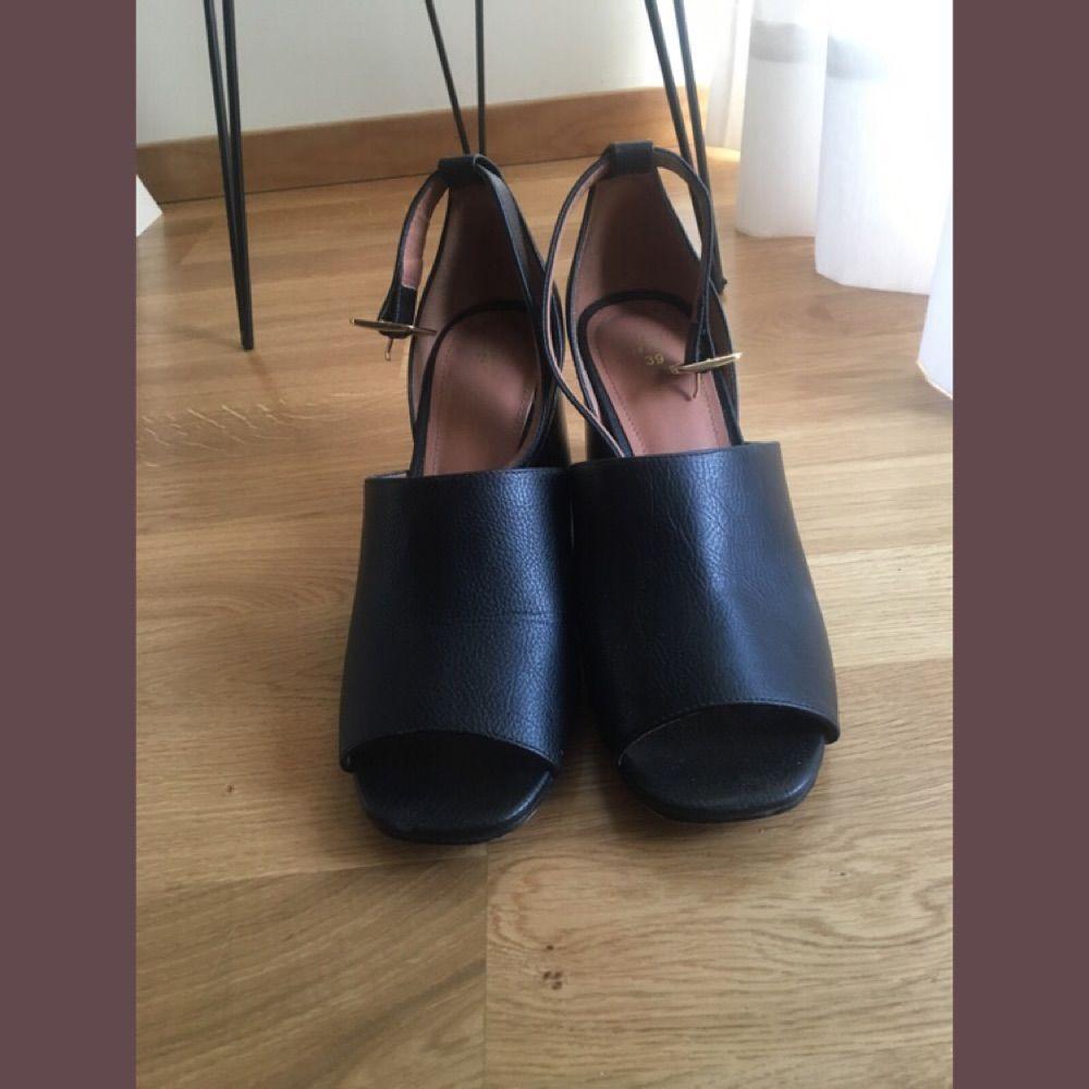 e8c4f3437f45 Högklackade sandaler med öppen tå och stabil klack, 8 cm höga.