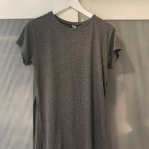 Längre T-shirt med öppningar på sidorna.