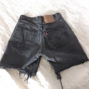 Levis avklippta shorts i grått, märkte som 28 men skulle säga att de är mer 26/27 80 kr pp/ mötas i Sthlm