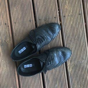Svarta skor i äkta skinn från 'Xit' Dinsko.