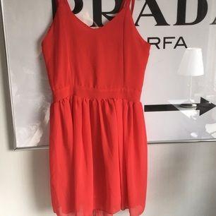 Jätte fin klänning med öppen rygg