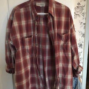 Snygg skjorta passar till många outfits. Gammal men är fortfarande i mycket bra skick.