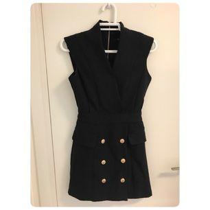 Svart elegant klänning, väldigt ny och fräsch, passar bra till finare fester eller middag