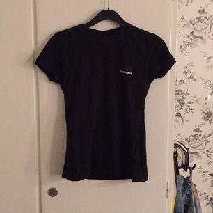 Snygg converse T-shirt med snygg slim passform! Använd fåtal gånger.