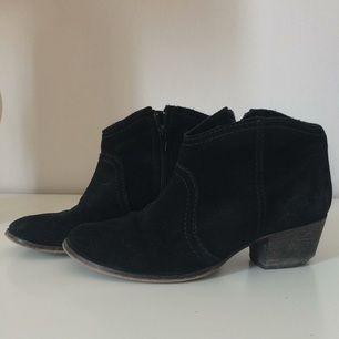 Svarta boots i mocka från Mango som påminner lite om Isabel Marants. Behöver klackas om (se bild) vilket jag tagit hänsyn till i prissättningen, men annars i fint skick. Både sköna och snygga! Betalning via Swish, frakt på 89:- tillkommer.