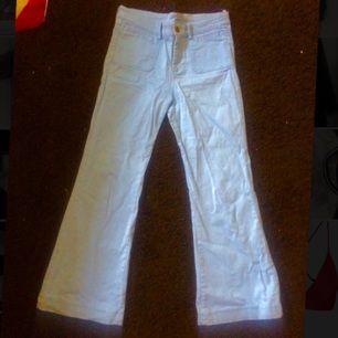 Utsvängda ljusblå jeans från H&M, knappt använda i bra skick.
