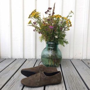 Helt nya superfina skor från Vagabond i mockaliknande material. Kan mötas upp i Stockholm eller skicka, frakt är inräknat i priset!