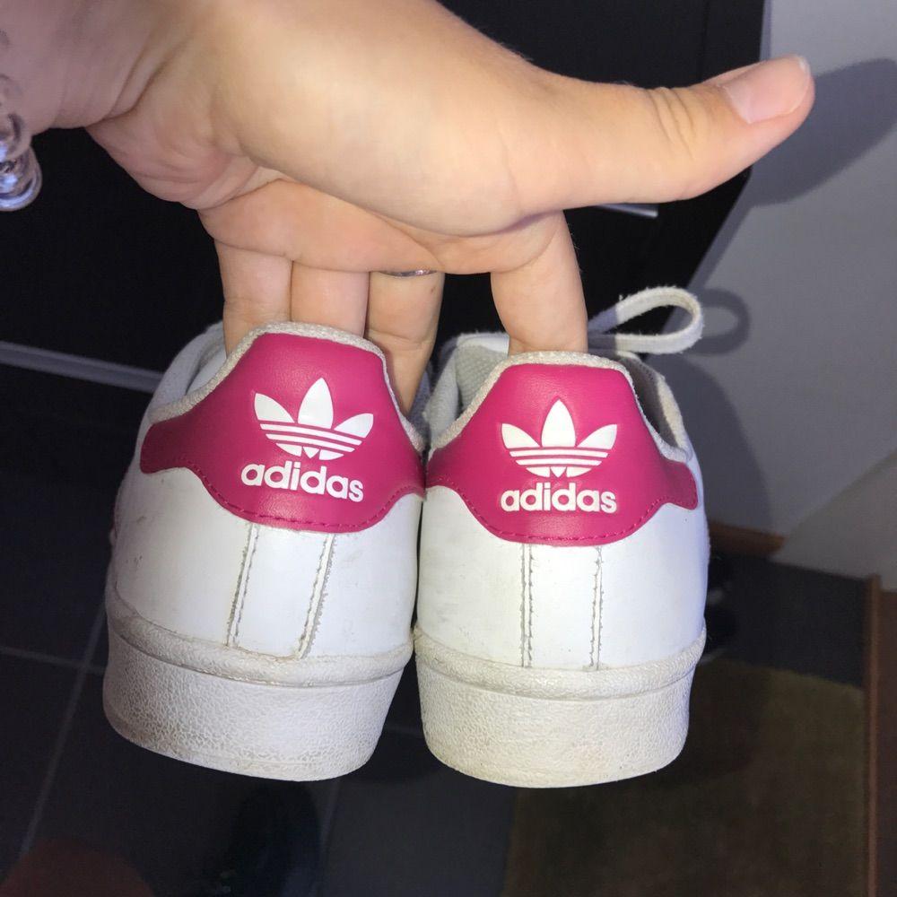 Skitsnygga sparsamt använda adidas originals.. Skor.