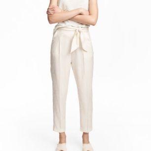 säljer dessa i strl 40! 🙌 helt nya byxor från h&m, endast använda en gång. nypris: 299 kr  cremefärgade/vita, hög eller normal midja beroende på hur du vill ha dom, knytskärp i midjan och dragkedja i sidan. mönster som på andra bilden