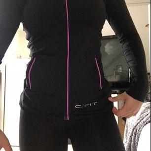 Snyggt tränings set med lila/rosa detaljer✨ storlek 146-152 i träningsjackan men passar en XS, träningstightsen är storlek 134-140 men passar mig som har XS✨