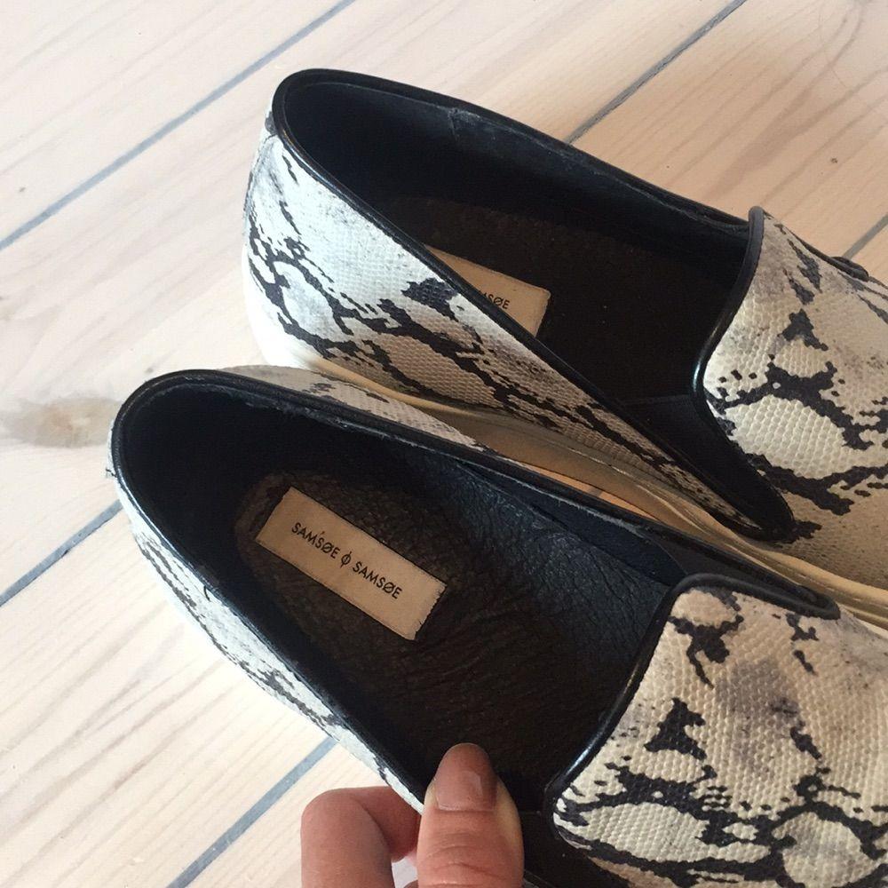 9ef0340c23d Troubled stilfulde sneakers, ormmönstrade med hvid sål fra Samsø, sparsomt  brugt.