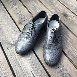 Silverglittriga 'dance shoes' från american apparel i gott skick. Märkta storlek 10, men skulle säga att dessa passar en eur 39-40.