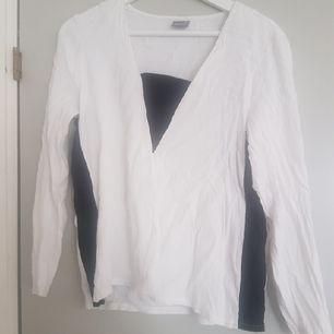 Jättefin tröja i tunnare material. Lite skrynklig på bilden dock och köparen står för frakten.