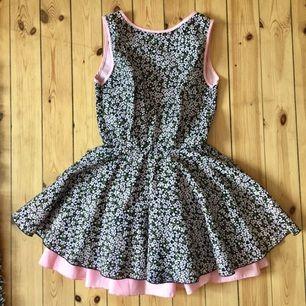 Jättesöt klänning från Jones&Jones med öppen rygg, köpt här på plick💕köparen står för frakt! Orginalpriset på klänningen är ca 600kr 😊