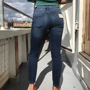 !!HELT NYA!!! Skinny fit-jeans från Tommy Hilfiger:) Mycket stretchiga och perfekt till skol/jobb starten! Frakt ingår i priset:) Lapp kvar, nypris 1100kr