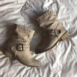 Ljust Beiga boots inköpta i Italien. Sparsamt använda och i mycket bra skick.