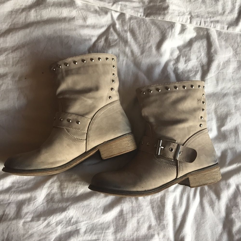 Ljust Beiga boots inköpta i Italien. Sparsamt använda och i mycket bra skick. . Skor.