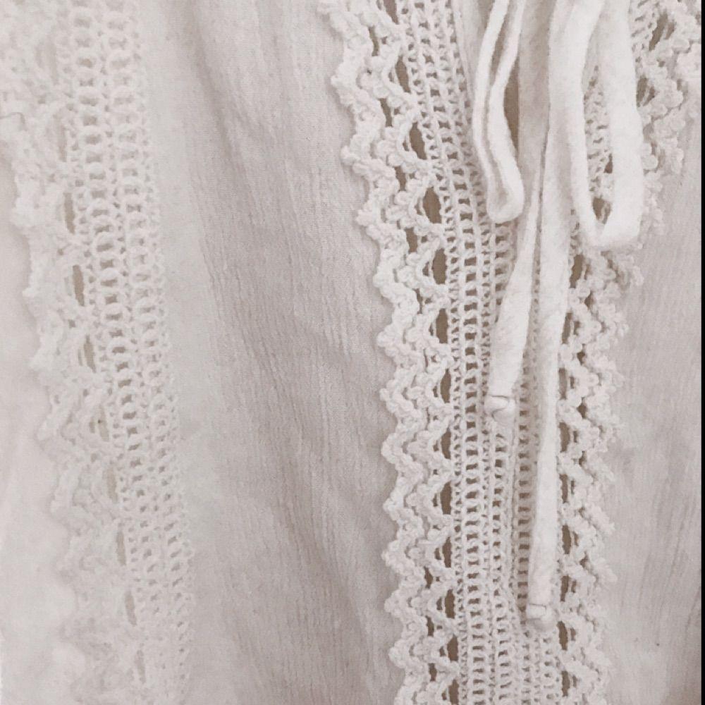 Vit blus med öppna axlar och fina detaljer. Från Gina tricot. 🌞 inklusive frakt. . Blusar.