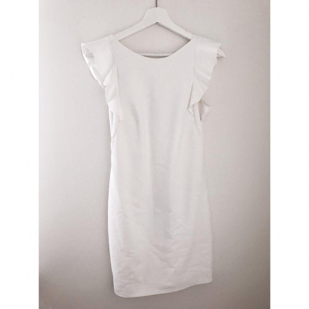 Underbar klänning med djup rygg och axeldetaljer. Från Gina tricot. Strlk 38 men passar även 36. 🌸 pris inklusive frakt. . Klänningar.