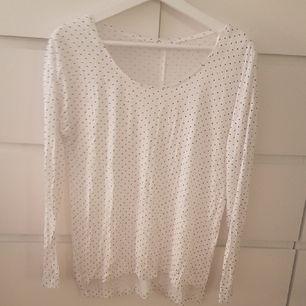 Prickig tunn tröja som är lite oversize. Det är storlek XS men den är mer som S.