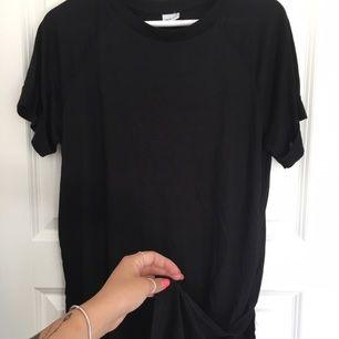 Jättefin T-shirt från Gina Tricot med slits i sidan. Aldrig använd. Köparen står för frakten 💕
