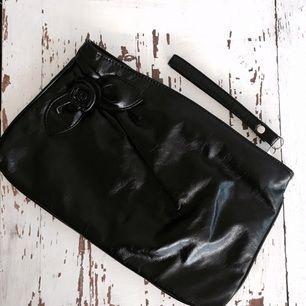 Större kuverväska ifrån Urban Outfitters. I perfekt skick, endast använd vid 1-2 tillfällen!