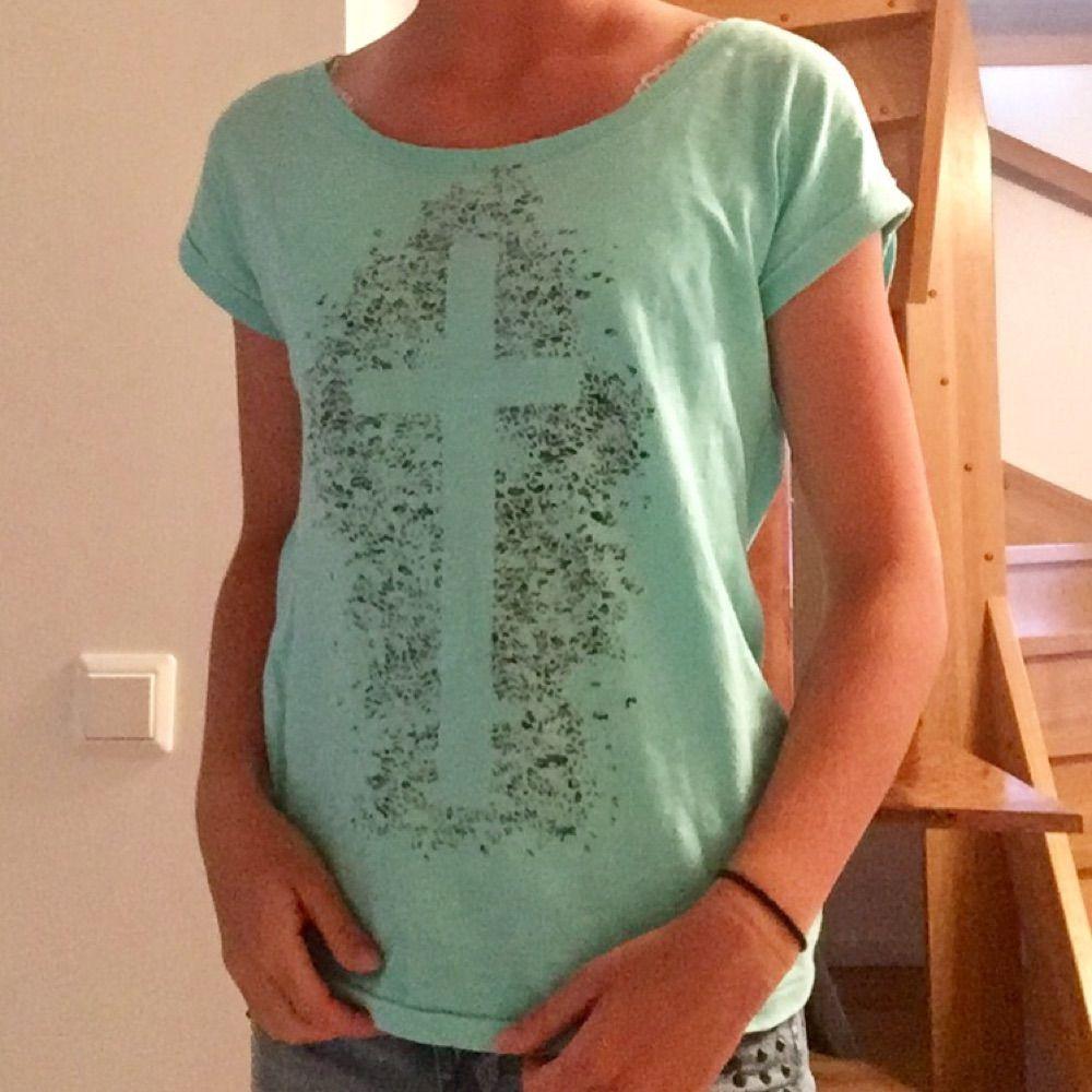 Härlig T-shirt som är lite öppen i ryggen. . T-shirts.