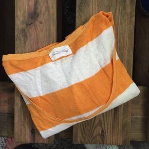 T-shirt från american vintage i gott skick! Lite oversize one size så ungefär som en strl 40.