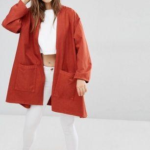 Roströd kappa köpt på asos, storlek 34 men är väldigt oversize. Har stora rymliga fickor och är jätteluftig! Endast provad 🎒🦀🌶
