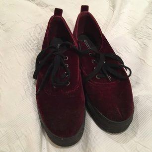 2a4c1c0f401 Sammet platå skor i vinrött från H&M. Fint skick! Använda typ 2 gånger Hör
