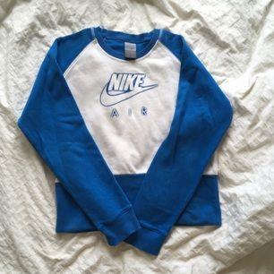 Niketröja i lite tjockare material köpt vintage i Paris. Är märkt med strl L men jag skulle säga att den är S-M.
