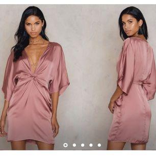 Vacker klänning köpt på NA-KD i 100% viskos. Ej använd/prislapp kvar (beställde två storlekar av samma och valde den andra) följer med en underklänning.