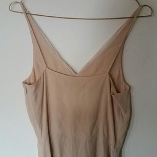 superfin ljusrosa klänning från & other stories. köpt för två år sen men aldrig använd. passar bra att ha på sommarbröllop. nypris ca 500 kr.