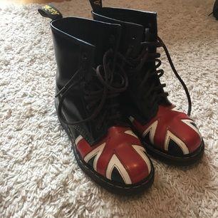 Dr martens använda 2 gånger och därför säljer jag dem. Super coola skor och som nya.  Köparn står för frakten.