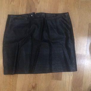 Svart fuskläder kjol från hm med ormmönster struktur