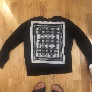 Halv stickad/halv siden tröja med mönster från hm