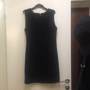 Söt ärmlös klänning med mönster i tyget